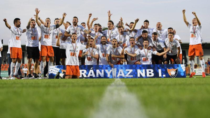 Balmazújváros, 2017. június 5.Az OTP Bank Ligába feljutott balmazújvárosi csapat ünnepel a labdarúgó Merkantil Bank Liga NB II utolsó, 38. fordulójában játszott Balmazújváros - Kisvárda mérkőzés után a Balmazújvárosi Városi Stadionban 2017. június 4-én. Az NB I–be felkerült együttes 1-0-ra győzött, így a tabella második helyén végzett.MTI Fotó: Czeglédi Zsolt