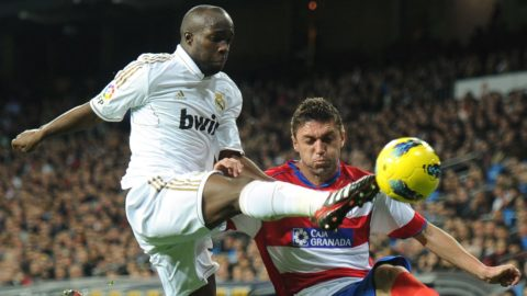 Real Madrid's French midfielder Lassana Diarra (L) vies for the ball with Granada's Brazilian defender Guilherme Siqueira (R) during the Spanish league football match Real Madrid against Granada at the Santiago Bernabeu stadium in Madrid, on January 7, 2012.  AFP PHOTO/DOMINIQUE FAGET (Photo by DOMINIQUE FAGET / AFP)