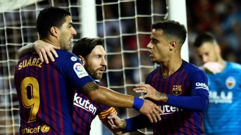 Barcelona's Argentinian forward Lionel Messi (C) celebrates a goal with Barcelona's Uruguayan forward Luis Suarez (L) and Barcelona's Brazilian midfielder Philippe Coutinho during the Spanish league football match between Valencia CF and FC Barcelona at the Mestalla stadium in Valencia on October 7, 2018. (Photo by JOSE JORDAN / AFP)