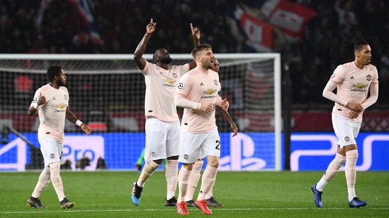 Manchester United's Belgian forward Romelu Lukaku (C) celebrates with teammates after scoring the first goal of the UEFA Champions League round of 16 second-leg football match between Paris Saint-Germain (PSG) and Manchester United at the Parc des Princes stadium in Paris on March 6, 2019. (Photo by Anne-Christine POUJOULAT / AFP)