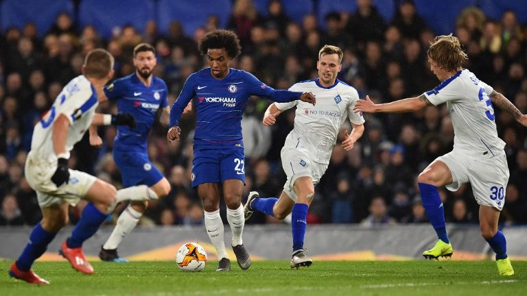Chelsea's Brazilian midfielder Willian (C) looks to play a pass during the first leg of the UEFA Europa League round of 16 football match between Chelsea and Dynamo Kiev at Stamford Bridge stadium in London on March 7, 2019. (Photo by Glyn KIRK / AFP)