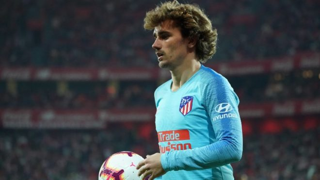 Atletico Madrid's French forward Antoine Griezmann takes the ball during the Spanish league football match between Athletic Club Bilbao and Club Atletico de Madrid at the San Mames stadium in Bilbao on March 16, 2019. (Photo by CESAR MANSO / AFP)