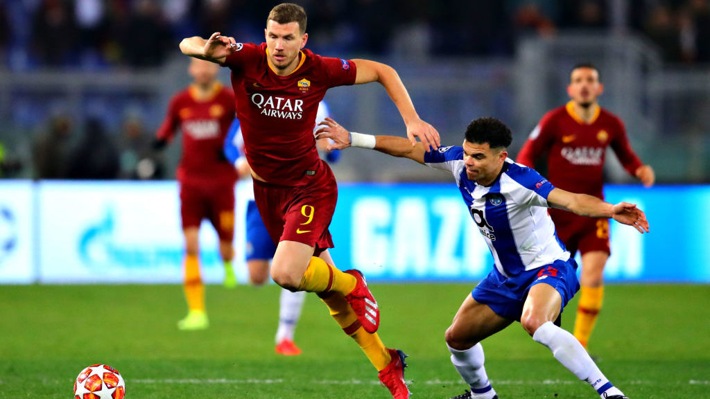 ROME, ITALY - FEBRUARY 12: Edin Dzeko of AS Roma is challenged by Pepe of FC Porto during the UEFA Champions League Round of 16 First Leg match between AS Roma and FC Porto at Stadio Olimpico on February 12, 2019 in Rome, . (Photo by Chris Brunskill/Fantasista/Getty Images)