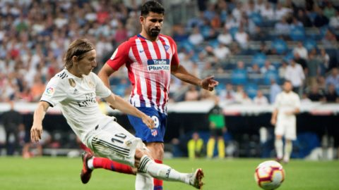 Real Madrid's Croatian midfielder Luka Modric (L) vies with Atletico Madrid's Spanish forward Diego Costa during the Spanish league football match between Real Madrid CF and Club Atletico de Madrid at the Santiago Bernabeu stadium in Madrid on September 29, 2018. (Photo by CURTO DE LA TORRE / AFP)