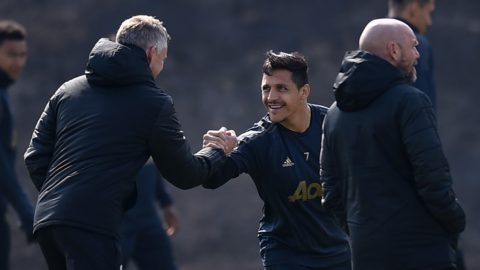 Manchester United's Chilean forward Alexis Sanchez (C) shakes hands with Manchester United's Norwegian manager Ole Gunnar Solskjaer during a training session at the Carrington training ground in greater Manchester, north west England on April 9, 2019, on the eve of their UEFA Champions League quarter final first leg football match against Barcelona. (Photo by Oli SCARFF / AFP)