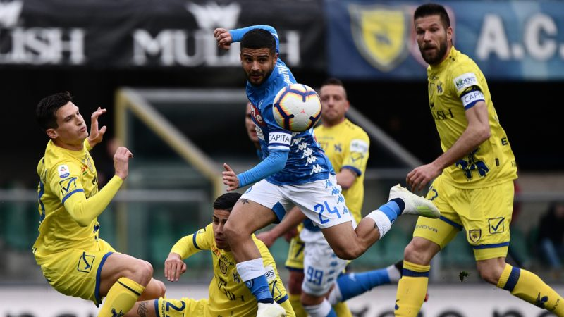 Napoli's Italian forward Lorenzo Insigne (C) centres the ball during the Italian Serie A football match Chievo Verona vs Napoli on April, 2019 at the Marcantonio-Bentegodi stadium in Verona. (Photo by Marco Bertorello / AFP)