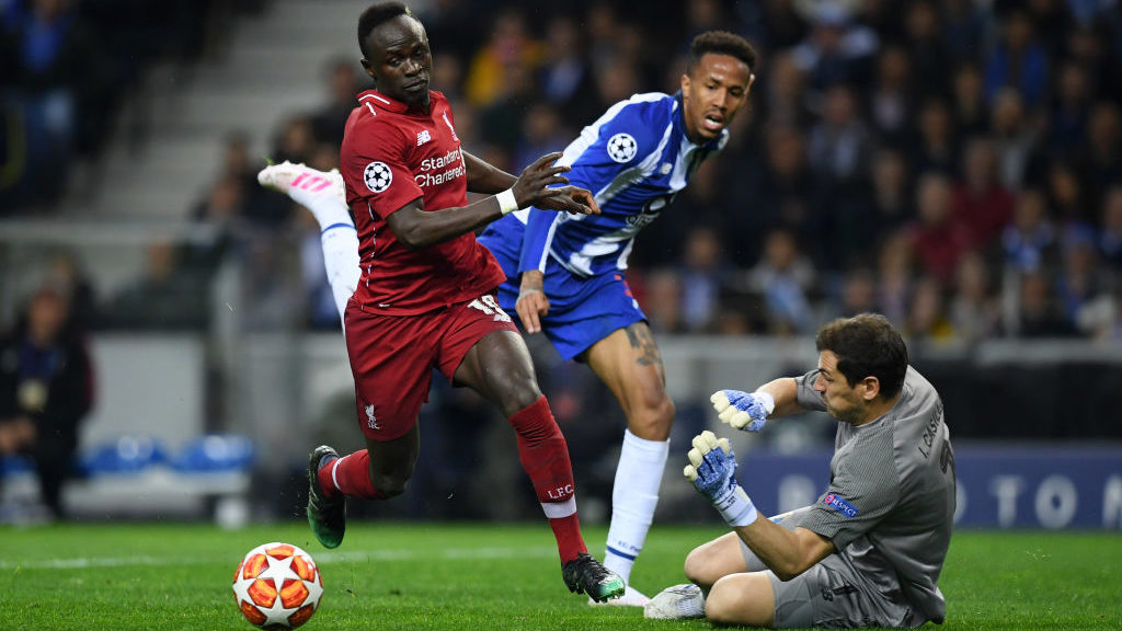PORTO, PORTUGAL - APRIL 17:  Sadio Mane of Liverpool goes round Iker Casillas of FC Porto but shoots wide during the UEFA Champions League Quarter Final second leg match between Porto and Liverpool at Estadio do Dragao on April 17, 2019 in Porto, Portugal. (Photo by Matthias Hangst/Getty Images)