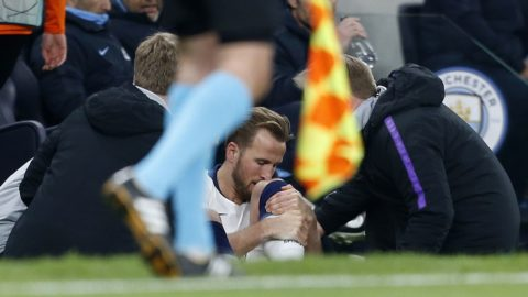 Tottenham Hotspur's English striker Harry Kane (C) receives medical treatment before leaving the pitch injured during the UEFA Champions League quarter-final first leg football match between Tottenham Hotspur and Manchester City at the Tottenham Hotspur Stadium in north London, on April 9, 2019. (Photo by Ian KINGTON / IKIMAGES / AFP)