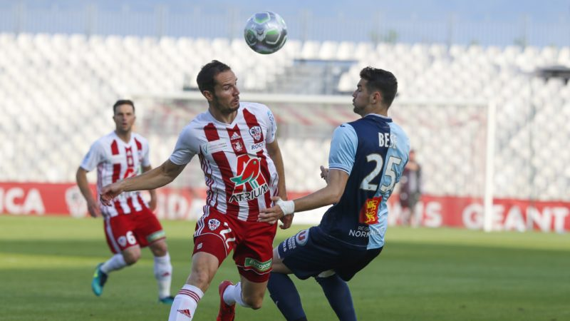 Ajaccio's French Midfielder Ryan Kadima (L) vies with Le Havre's Hungarian Defender Barnabas Bese during the French second-division playoff between AC Ajaccio and Le Havre at the Francois Coty stadium in Ajaccio, on the French Mediterranean island of Corsica, on May 20, 2018. (Photo by PASCAL POCHARD-CASABIANCA / AFP)