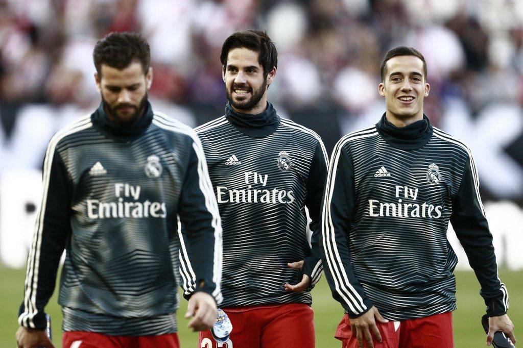 Real Madrid's Spanish midfielder Isco (C) walks on the pitch with teammates ahead of the Spanish League football match between Rayo Vallecano and Real Madrid at the Vallecas Stadium in the Madrid district of Puente de Vallecas on April 28, 2019. (Photo by BENJAMIN CREMEL / AFP)