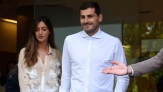 """Porto's Spanish goalkeeper Iker Casillas leaves a hospital with his wife Sara Carbonero in Porto on May 06, 2019 after recovering from a heart attack. - The 37-year-old, who has 167 Spain caps and played more than 500 games for Real Madrid, suffered what the Portuguese club called an """"acute myocardial infarction"""" during training on May 2. (Photo by Miguel RIOPA / AFP)"""