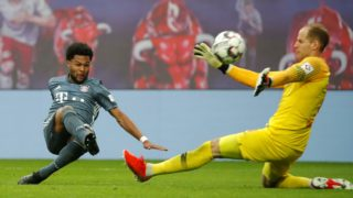 Leipzig's Hungarian goalkeeper Peter Gulacsi (R) stops the ball in front of Bayern Munich's German midfielder Serge Gnabry during the German first division Bundesliga football match RB Leipzig vs FC Bayern Munich in Leipzig, eastern Germany on May 11, 2019. (Photo by Odd ANDERSEN / AFP) / RESTRICTIONS: DFL REGULATIONS PROHIBIT ANY USE OF PHOTOGRAPHS AS IMAGE SEQUENCES AND/OR QUASI-VIDEO