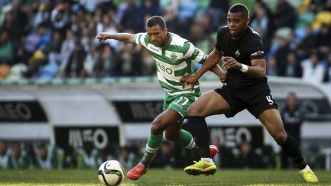 """Sporting's midfielder Luis Carlos da Cunha """"Nani"""" (L) vies with Academica's Nigerian midfielder Nwankwo Obiora (R) during the Portuguese league football match Sporting vs Academica at Alvalade stadium in Lisbon on January 25, 2015. AFP PHOTO/ CARLOS COSTA (Photo by CARLOS COSTA / AFP)"""