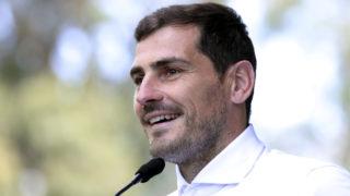 Porto, 2019. május 6. Iker Casillas, a Porto labdarúgócsapatának spanyol kapusa nyilatkozik a sajtó képviselõinek a CUF Porto kórház elõtt 2019. május 6-án. A 37 éves Casillast május 1-jén szívrohammal kórházba szállították, de élete nem volt veszélyben. A kapus a szezon hátralévõ részében már nem lép pályára. MTI/AP/Luis Vieira