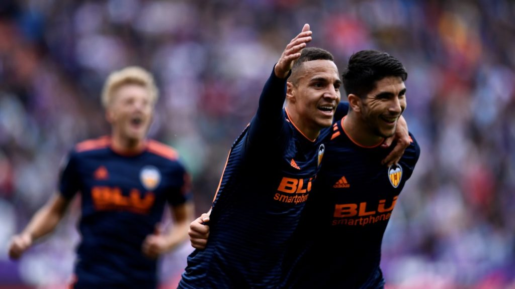 Valencia's Spanish midfielder Carlos Soler (R) celebrates with Valencia's Spanish forward Rodrigo Moreno after scoring during the Spanish League football match between Real Valladolid and Valencia at the Jose Zorrilla stadium in Valladolid on May 18, 2019. (Photo by OSCAR DEL POZO / AFP)