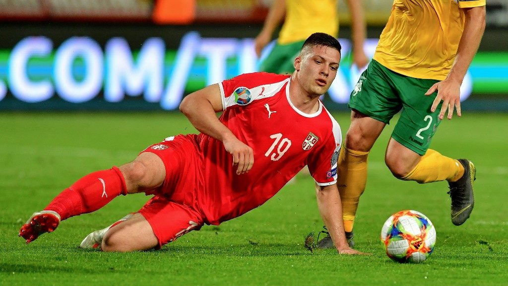 """Serbia's forward Luka Jovic (L) fights for the ball with Lithuania's defender Linas Klimavicius during the Euro 2020 football qualification match between Serbia and Lithuania at the """"Rajko Mitic"""" stadium in Belgrade on June 10, 2019. (Photo by ANDREJ ISAKOVIC / AFP)"""