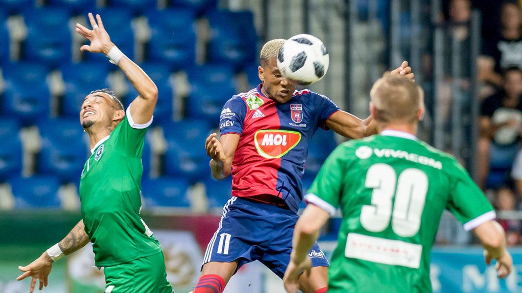 Felcsút, 2018. augusztus 1.Loic Nego, a Vidi FC (k), valamint Batista Pimenta Natanael (b) és Cosmin Moti, a PFK Ludogorec Razgrad játékosai a labdarúgó Bajnokok Ligája második selejtezőkörének visszavágóján a felcsúti Pancho Arénában 2018. augusztus 1-jén. Vidi FC- Ludogorec 1-0.MTI Fotó: Koszticsák Szilárd