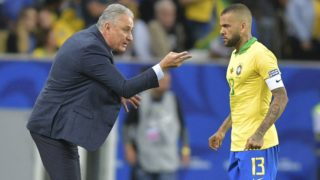 Brazil's coach Tite gives instructions to defender Dani Alves during the Copa America football tournament final match against Peru at Maracana Stadium in Rio de Janeiro, Brazil, on July 7, 2019. (Photo by Carl DE SOUZA / AFP)