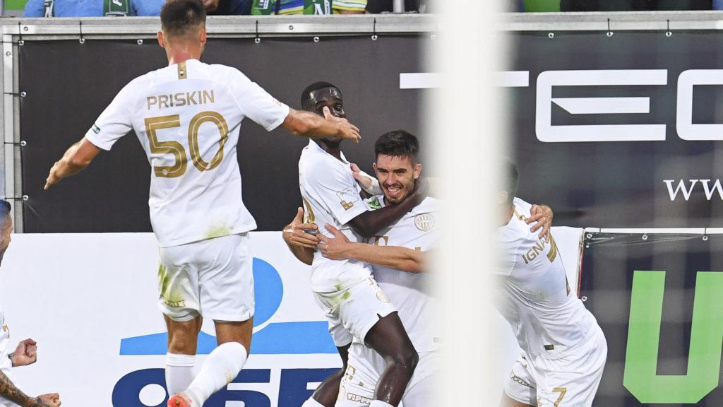 Razgrad, 2019. július 18. Igor Haratin, a Ferencváros játékosa (j2) csapattársaival ünnepli a bolgár Ludogorec elleni gólját a labdarúgó Bajnokok Ligája selejtezõjének elsõ fordulójában játszott visszavágó mérkõzésen a bulgáriai Razgradban 2019. július 17-én. A Ferencváros 3-2-re gyõzött. MTI/EPA/Vaszil Donev