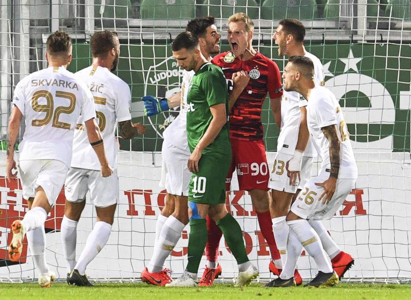 Razgrad, 2019. július 18. Dibusz Dénes, a Ferencváros kapusa (j3) csapattársaival ünnepel, miután büntetõt hárított a labdarúgó Bajnokok Ligája selejtezõjének elsõ fordulójában játszott visszavágó mérkõzésen a bulgáriai Razgradban 2019. július 17-én. A Ferencváros 3-2-re gyõzött. MTI/EPA/Vaszil Donev