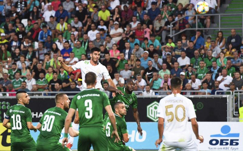 Razgrad, 2019. július 18. Igor Haratin, a Ferencváros játékosa (k) gólt fejel a labdarúgó Bajnokok Ligája selejtezõjének elsõ fordulójában játszott visszavágó mérkõzésen a bulgáriai Razgradban 2019. július 17-én. A Ferencváros 3-2-re gyõzött. MTI/EPA/Vaszil Donev
