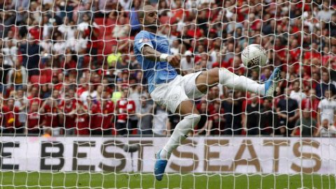 Manchester City's English defender Kyle Walker clears off the line during the English FA Community Shield football match between Manchester City and Liverpool at Wembley Stadium in north London on August 4, 2019. (Photo by Adrian DENNIS / AFP) / NOT FOR MARKETING OR ADVERTISING USE / RESTRICTED TO EDITORIAL USE