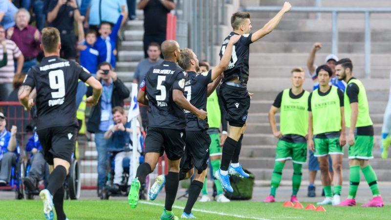 jubilation after goal to 2: 0 by penalty, penalty kick. Goalkeeper Marvin Wanitzek (KSC, right). GES / Football / DFB-Pokal, Karlsruher SC - Hanover 96, 12.08.2019 Football / Soccer: German Cup: Karlsruhe vs Hannover, Karlsruhe, August 12, 2019 | usage worldwide