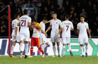 BENEVENTO, ITALY - SEPTEMBER 20:  Edin Dzeko (C) of Roma celebrates with teammates after scoring his team's third goal during the Serie A match between Benevento Calcio and AS Roma at Stadio Ciro Vigorito on September 20, 2017 in Benevento, Italy.  (Photo by Maurizio Lagana/Getty Images)