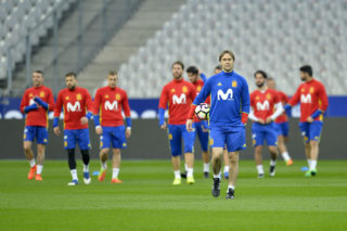 PARIS, FRANCE - MARCH 27:  Spain Head Coach Julen Lopetegui walks in front of the Spanish team during practice session before the match between France and Spain at the Stade de France on March 27, 2017 in Paris, France.  (Photo by Aurelien Meunier/Getty Images)