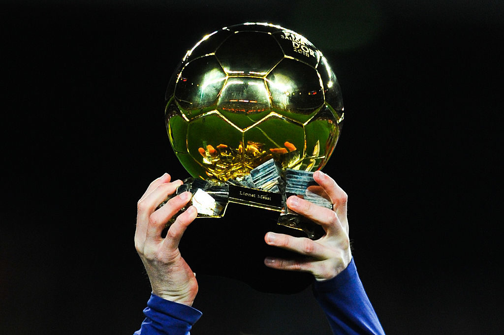 BARCELONA, SPAIN - JANUARY 17:  Lionel Messi of FC Barcelona holds up the FIFA Ballon d'Or trophy prior to the La Liga match between FC Barcelona and Athletic Club de Bilbao  at Camp Nou on January 17, 2016 in Barcelona, Spain.  (Photo by David Ramos/Getty Images)