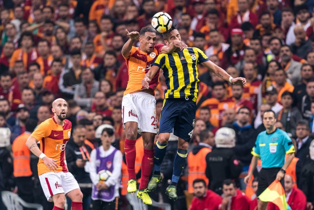 (L-R) Fernando Fransisco Reges of Galatasaray SK, Mauricio Isla of Fenerbahce SK during the Turkish Spor Toto Super Lig football match between Galatasaray SK and Fenerbahce AS on October 22, 2017 at the Türk Telekom Arena in Istanbul, Turkey.(Photo by VI Images via Getty Images)