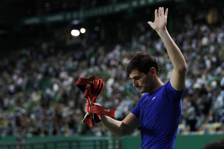 Porto's goalkeeper Iker Casillas salutes the fans at the end of   the Primeira Liga 2017/18 match between Sporting CP vs FC Porto, in Lisbon, on October 01, 2017. (Photo by Carlos Palma/NurPhoto)