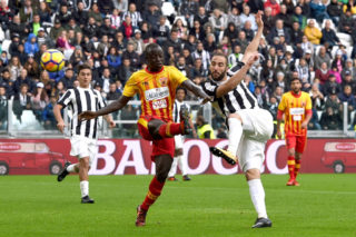 TURIN, ITALY - NOVEMBER 05:  Gonzalo Higuain of Juventus scores the equalizing goal during the Serie A match between Juventus and Benevento Calcio on November 5, 2017 in Turin, Italy.  (Photo by Tullio M. Puglia/Getty Images)