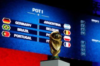 Der FIFA- Weltpokal / Trophaee, Trophy vor den Gruppen aus Topf 1 / POT 1.  Fussball: Auslosung zur FIFA- Fussball Weltmeisterschaft 2018 in Moskau, Russland 01.12.2017 -  Football, Draw for the FIFA- World Cup 2018, Moscow , December 01, 2017 |usage worldwide