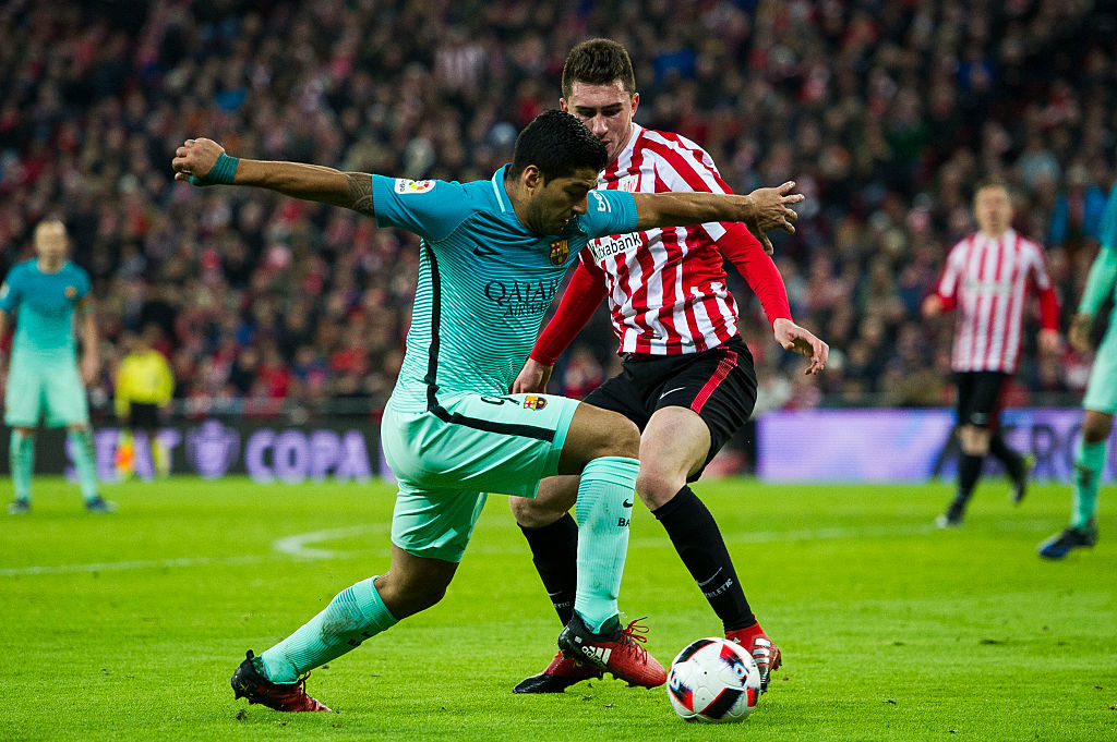 BILBAO, SPAIN - JANUARY 05:  Luis Suarez of FC Barcelona duels for the ball with Aymeric Laporte of Athletic Club during the Copa del Rey Round of 16 first leg match between Athletic Club and FC Barcelona at San Mames Stadium on January 5, 2017 in Bilbao, Spain.  (Photo by Juan Manuel Serrano Arce/Getty Images)