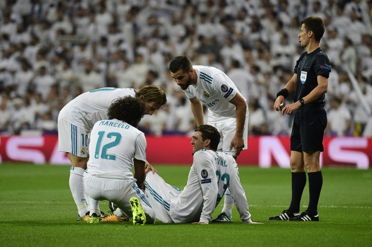 Real Madrid's midfielder from Croatia Mateo Kovacic (C) suffers muscle pains during the UEFA Champions League football match Real Madrid CF vs APOEL FC at the Santiago Bernabeu stadium in Madrid on September 13, 2017. / AFP PHOTO / PIERRE-PHILIPPE MARCOU
