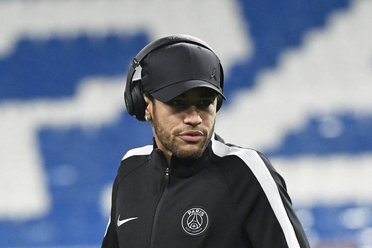 Paris Saint-Germain's Brazilian forward Neymar walks on the pitch at the Santiago Bernabeu stadium in Madrid on February 13, 2018 on the eve of the Champions' League football match against Real Madrid CF. / AFP PHOTO / CHRISTOPHE SIMON