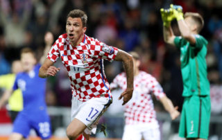 Croatia's Mario Mandzukic celebrates scoring his team's first goal during the FIFA World Cup 2018 qualification football match between Croatia and Finland in Rijeka on October 6, 2017. / AFP PHOTO / STRINGER