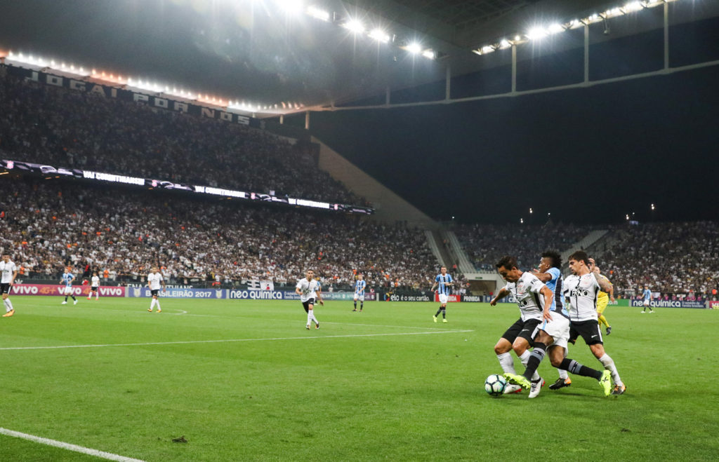 SAO PAULO, BRAZIL - OCTOBER 18:(L-R) Jadson of Corinthians, Cortez of Gremio and Fagner of Corinthians in action during the match between Corinthians v Gremio for the Brasileirao Series A 2017 at Arena Corinthians Stadium on October 18, 2017 in Sao Paulo, Brazil. (Photo by Alexandre Schneider/Getty Images)