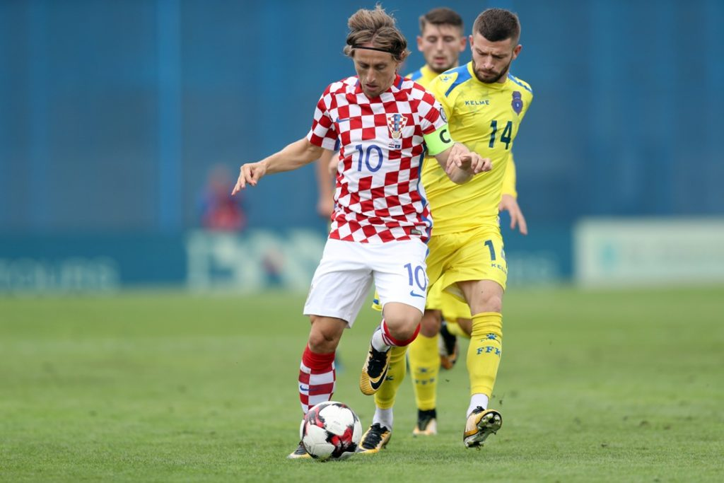 Croatia's Luka Modric (L) outruns Kosovo's Valon Berisha (R) during the FIFA World Cup 2018 qualification football match between Croatia and Kosovo in Zagreb on September 3, 2017.  Yesterday's match was abandoned due to heavy rain and will continue today from 21 minute of game. / AFP PHOTO / STRINGER