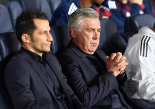 Bayern coach Carlo Ancelotti (r) and sporting director Hasan Salihamidzic on the bench at the Champions League football match between Paris St. Germain and Bayern Munich at the Parc des Princes stadium in Paris, France, 27 September 2017. Photo: Peter Kneffel/dpa