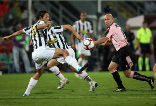 PALERMO, ITALY - OCTOBER 04:  Giulio Migliaccio of US Citta' di Palermo battles for the ball with Amauri Carvalho de Oliveira Juventus FC during the Serie A match played between Us Citta' di Palermo and Juventus FC at Stadio Renzo Barbera on October 4, 2009 in Palermo, Italy.  (Photo by Maurizio Lagana/Getty Images)