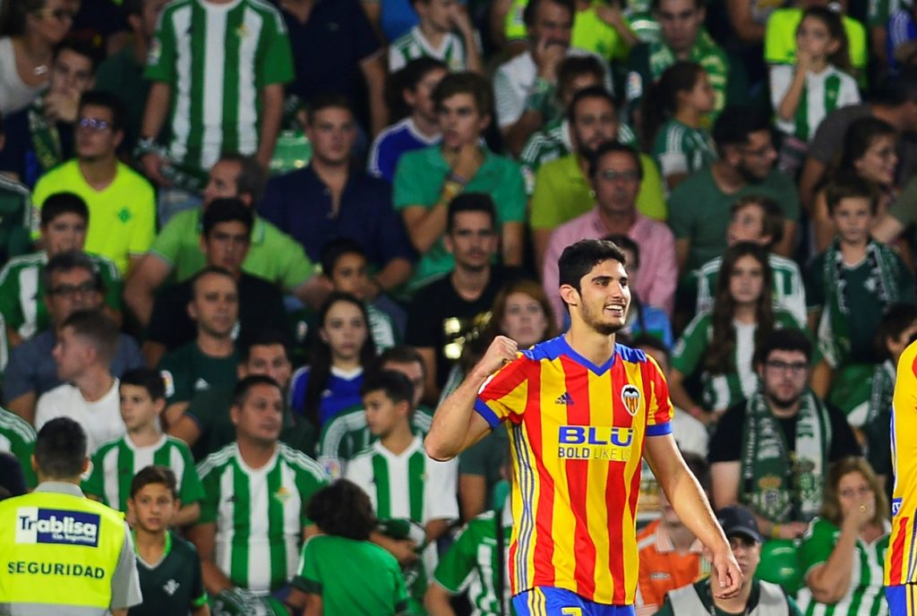 Valencia's Portuguese forward Goncalo Guedes celebrates after scoring a goal during the Spanish league football match Real Betis FC vs Valencia FC at the Benito Villamarin stadium in Sevilla on October 15, 2017. / AFP PHOTO / CRISTINA QUICLER