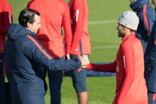Paris Saint-Germain's Spanish head coach Unai Emery (L) shakes hand with Paris Saint-Germain's Brazilian forward Neymar during a team's training session on November 16, 2017 in Saint-Germain-en-Laye, near Paris. / AFP PHOTO / BERTRAND GUAY