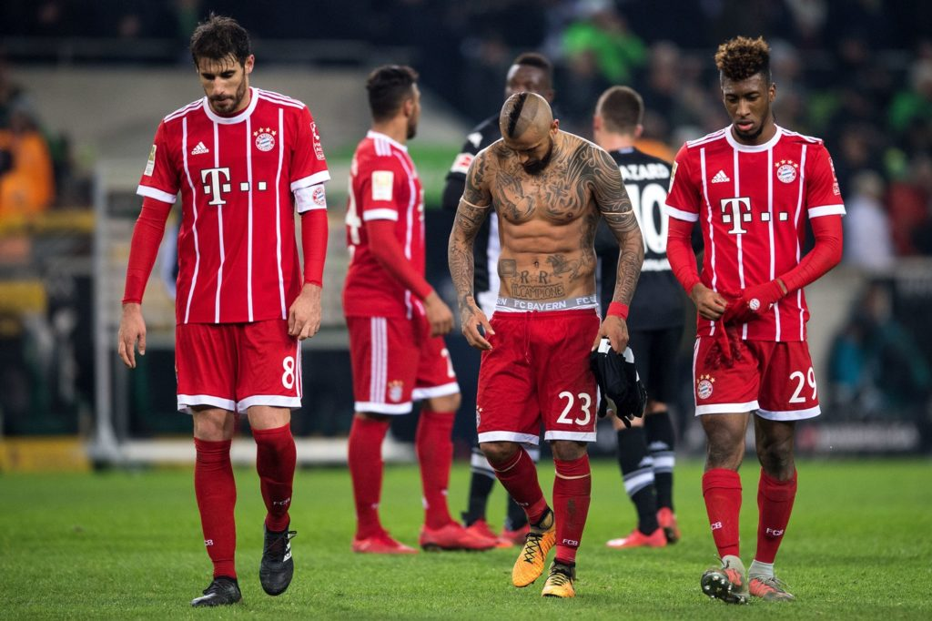 Bayern's Javi Martinez (L-R), Arturo Vidal and Kingsley Coman leave the pitch after the German Bundesliga soccer match between Borussia Moenchengladbach and Bayern Munich at the Borussia Park in Moenchengladbach, Germany, 25 November 2017.   (EMBARGO CONDITIONS - ATTENTION: Due to the accreditation guidlines, the DFL only permits the publication and utilisation of up to 15 pictures per match on the internet and in online media during the match.) Photo: Marius Becker/dpa
