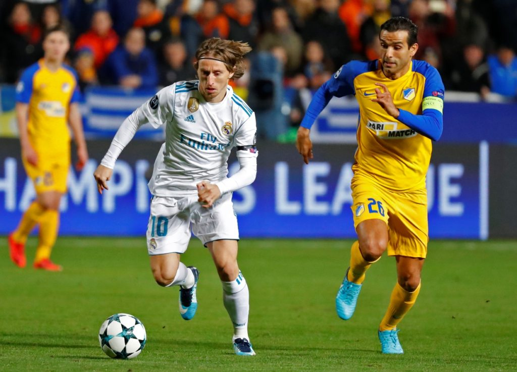 Real Madrid's Croatian midfielder Luka Modric (L) vies for the ball agaisnt Apoel's Portuguese midfielder Nuno Morais during the UEFA Champions League Group H match between Apoel FC and Real Madrid on November 21, 2017, in the Cypriot capital Nicosia's GSP Stadium.  / AFP PHOTO / Jack GUEZ