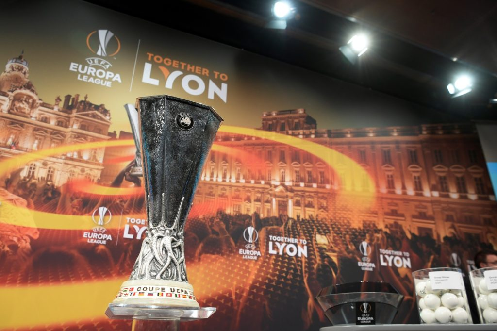 The Europa League trophy is displayed prior to the draw for the round of 32 of the UEFA Europa League football tournament at the UEFA headquarters in Nyon on December 11, 2017. / AFP PHOTO / Fabrice COFFRINI