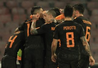 Roma's players celebrate a goal during the Italian Serie A football match SSC Napoli vs AS Roma on March 03 2018 at the San Paolo Stadium. / AFP PHOTO / CARLO HERMANN