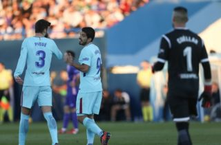 Barcelona's Uruguayan forward Luis Suarez (R) celebrates with Barcelona's defender Gerard Pique after scoring a goal during the Spanish league football match Leganes vs Barcelona at the Butarque stadium in Leganes on November 18, 2017.  (Photo by Raddad Jebarah/NurPhoto)