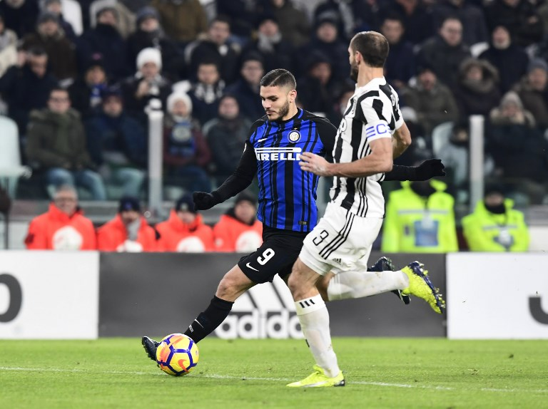 Inter Milan's captain Argentinian forward Mauro Icardi (C) fights for the ball with Juventus' Italian defender Giorgio Chiellini during the Italian Serie A football match between Juventus and Inter Milan at The 'Allianz Stadium' in Turin on December 9, 2017. / AFP PHOTO / MIGUEL MEDINA